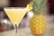 Cocktail au champagne, noix de coco et ananas pour un mariage chic et tropical