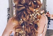 8 coiffures chics et déstructurées pour un mariage qui décoiffe