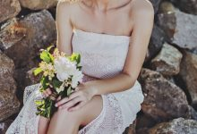 Des fleurs dans les cheveux des mariées : la tendance capillaire à adopter pour un look romantique