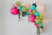 Comment construire une arche colorée de fleurs et de ballons pour son mariage ?