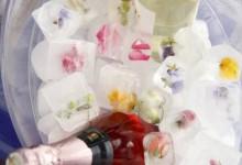 DIY : place aux glaçons fleuris et rafraîchissants à glisser dans les cocktails de mariage