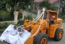 Les mariées arrivent dans une grue !